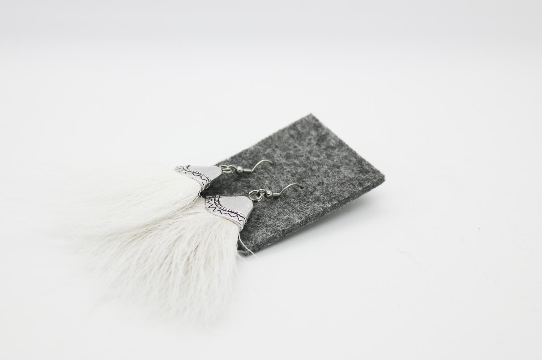 Valkeat poronkarva-korvakorut