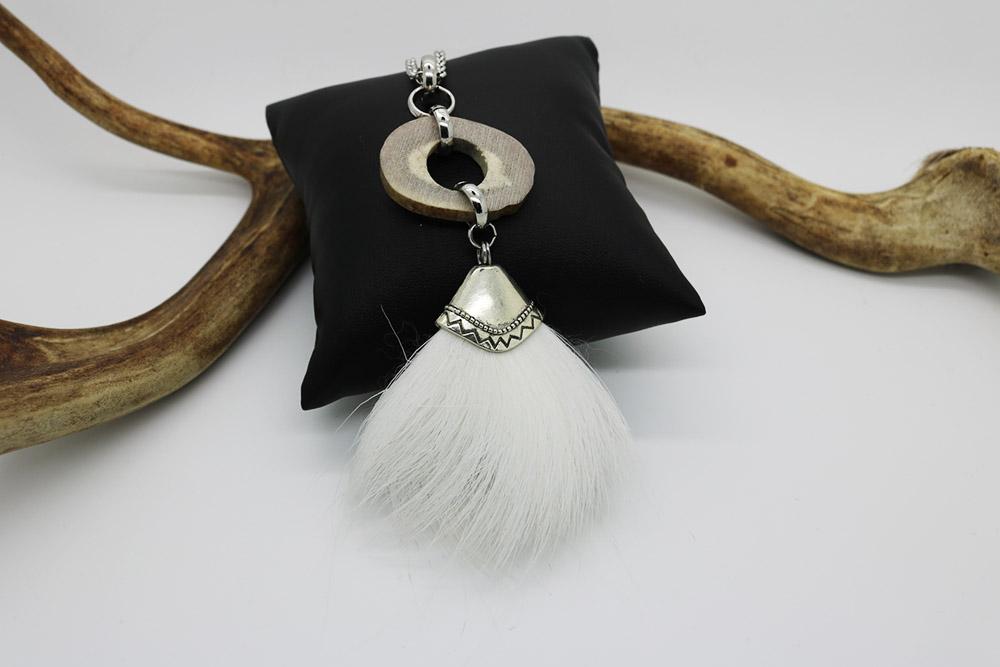 Valkea poronkarva-kaulakoru